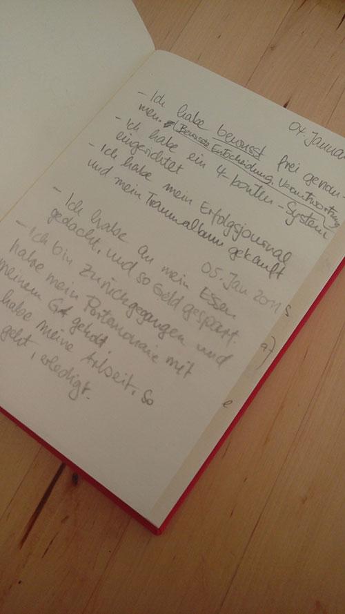 Die erste Seite meines kleinen, roten Dankbarkeitstagebuchs.