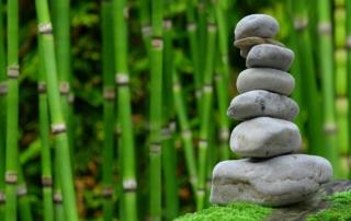 Ein Stabel Steine, im Hintergrund Bambus