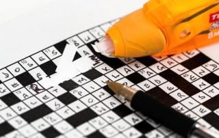 Kreuzworträtsel, das mit Tipex korrigiert wird