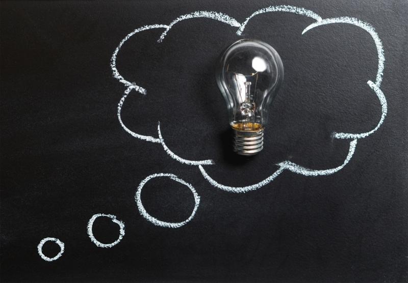 Glühbirne in einer Gedankenblase